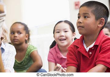 zittende , scholieren, vloer, focus), (selective, stand
