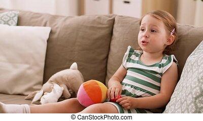 zittende , sofa, speelgoed, baby, thuis, meisje, vrolijke
