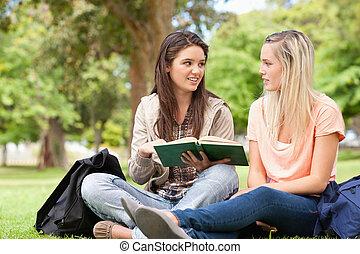 zittende , studerend , tieners, schoolboek, terwijl, vrouwlijk