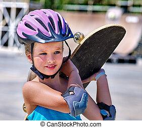 zmarszczenie, dziewczyna, jego, skateboard