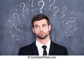 zo, velen, questions!, verward, jonge man, staand, tegen,...