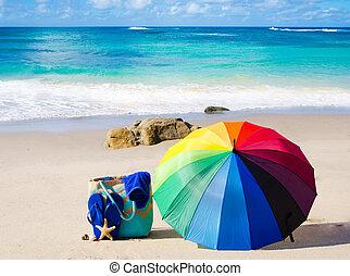 zomer, achtergrond, met, regenboog, paraplu, en, zet op het strand zak