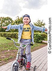 zomer, evenwicht, fiets, weinig; niet zo(veel), overblijfsels, weekends, jaren, stad, 3-5, herfst, zijn, rijden, kind, leert, jongen, lente, park, oud, houdt, fiets, dag, opleiding, vrolijke , dexterity.