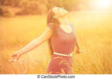 zomer, fun., jonge, gelukkige vrouw, het genieten van, zonlicht, op, de, tarwe, weide