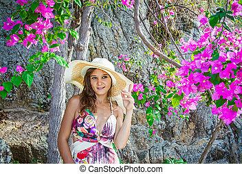 zomer, glimlachende vrouw, hoedje, bloemen