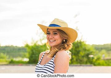 zomer, glimlachende vrouw, hoedje