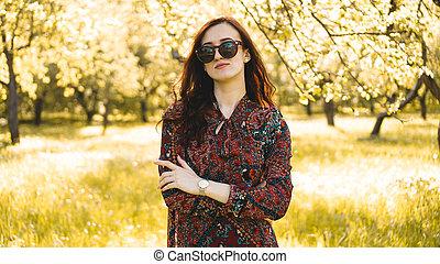 zomer, glimlachende vrouw, zonnebrillen