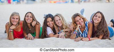 zomer, groep, hardloop, gemengd, tieners, vrolijke
