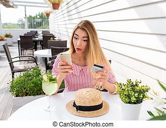 zomer, hand, teleurstelling, zijn, geshockeerde, koffiehuis, smartphone, card., per, aankoop, vrouw, prijs, fris, purchase., betaling, kaart, lucht., verrassing, online, emotioneel, online., order