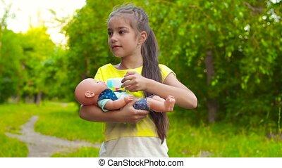 zomer, het voeden, pop, park, baby meisje