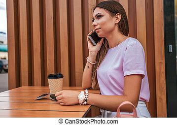 zomer, koffie, concept, zonnebrillen, telefoon, zakelijk, kop, belangrijk, zittende , brunette, tea., oproepen, cafe., makende oproep, tafel, meisje, dame, smartphone.