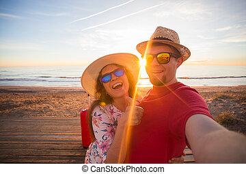 zomer liefde, koffer, selfie, zonnige dag, telefoon, het reizen, paar, strand, boeiend, vrolijke
