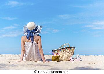 zomer, op, de, strand., reizen, achtergrond, concept, mooie vrouw, back, bovenkant, zitting op het strand, het kijken, om te, de, blauwe , sky., vrolijke , vakantie, en, lang, weekend., afbeelding, voor, optellen, tekstbericht, ontwerp, kunst, work.