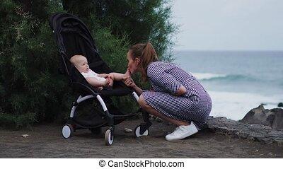 zomer, op, voortvarend, jonge, bovenkant, achtergrond, moeder, baby, strand, wandelaar, aanzicht