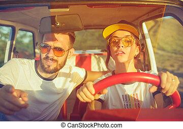 zomer, romantische, zittende , auto, paar, uitstapjes, terwijl, lachen, dag, straat, uit