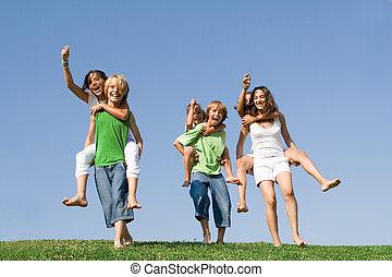zomer, school geitjes, groep, kamp, race., of, ritje op de rug, hebben
