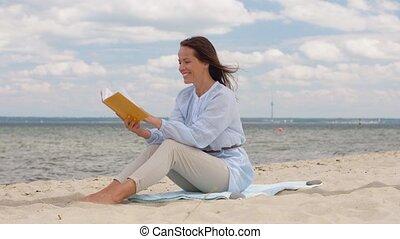 zomer, vrouw, boek, het glimlachen, lezende , strand,...