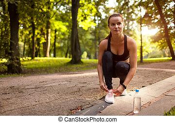 zomer, vrouw, haar, loper, concept., sunset., park, jonge, gymschoen, rest., knopende, sportende, hebben, kanten