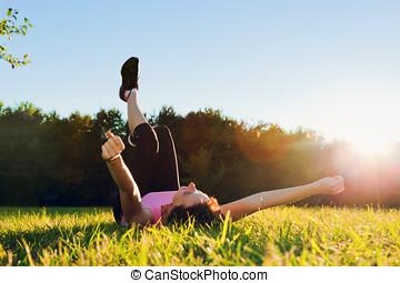 zomer, vrouw, jonge, ondergaande zon , mooi, gras, het liggen