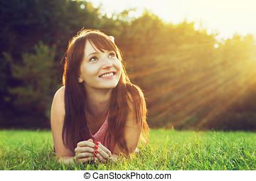 zomer, vrouw, jonge, ondergaande zon , mooi, het glimlachen, gras, het liggen