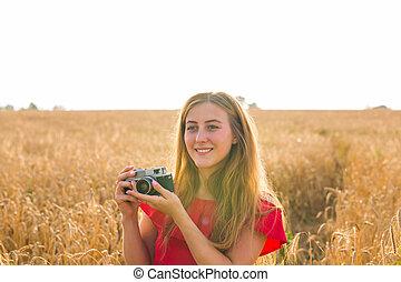 zomer, vrouw, levensstijl, mooi, jonge, buiten, camera., verticaal, het glimlachen