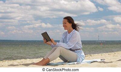zomer, vrouw, tablet pc, het glimlachen, strand, vrolijke