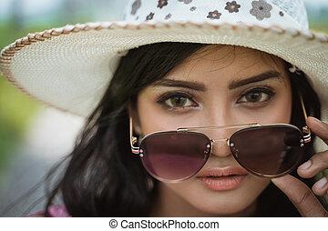 zomer, vrouw, zonnebrillen, hoedje