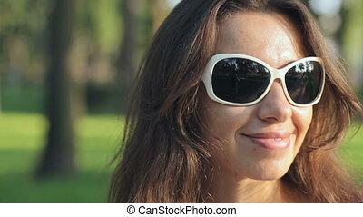 zomer, vrouw, zonnebrillen, park, jonge, vrolijke
