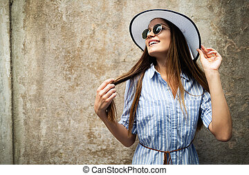 zomer, vrouw, zonnebrillen, vakantie, het glimlachen, hoedje