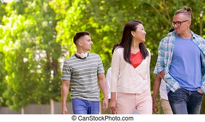 zomer, wandelende, park, internationaal, vrienden, vrolijke