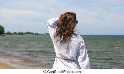 zomer, wandelende, vrouw, langs, strand, glimlachen gelukkig
