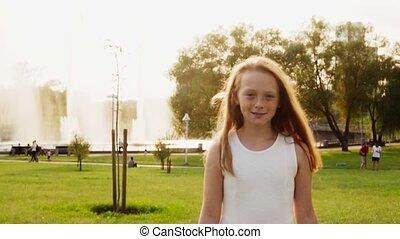 zomer, weinig; niet zo(veel), park, zonnig, wandelende, gember, vrolijk, het glimlachen van het meisje