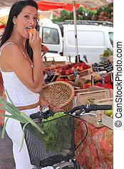 zomers, etende vrouw, een, abrikoos, op, een, marktkraam