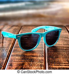 zonnebrillen, op, houten bureau, op, de, zomer, strand