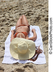 zonnende vrouw, zonnig, buitenshuis, mooi en gracieus, strand, dag