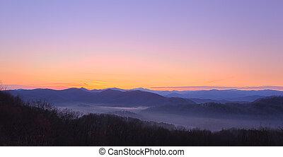 zonopkomst, op, rokerige bergen