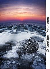 zonsondergang over oceaan, rotsen