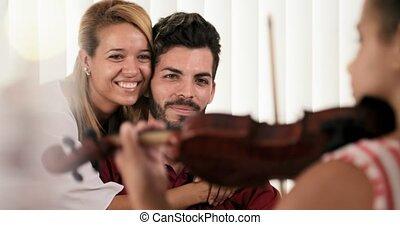 zręczny, córka, grając skrzypce, przed, szczęśliwa mamusia, tatuś