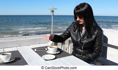 zsyp kawa, na wolnym powietrzu, młoda kobieta, kawiarnia, mleczny