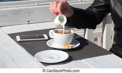 zsyp kawa, na wolnym powietrzu, ręka, samica, kawiarnia, mleczny
