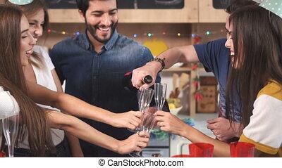 zsyp szampan, podczas, celebrowanie