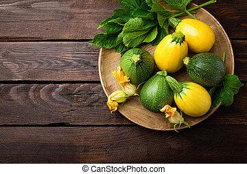 zucchini, con, foglie, e, fiori, su, scuro, legno, rustico, fondo