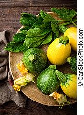 zucchini, hos, blade, og, blomster, på, mørke, af træ, rustic, baggrund