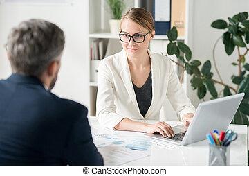 zufriedene , attraktive, weibliche , geschaeftswelt, berater, arbeitende , mit, clien