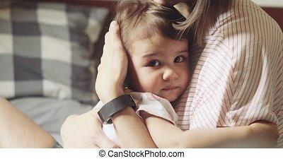 zuigeling, daughter., haar, omgooien, jonge, het troosten,...