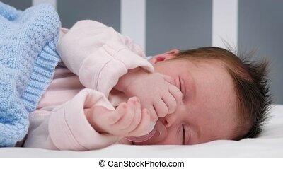 zuigen, room, vredig, slapende, baby kind, bed, jumpsuit, deken, crying., wheezing, blauwe , bescherming, slaap, pasgeboren, zijn, matras, child., bedekt, pacifier.