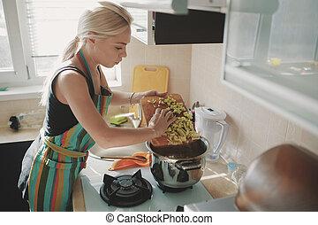 zupa, kobieta, młody, przygotowując, dynia