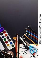 zurück schule, begriff, bunte, bleistifte, farben, bürsten, schere, und, notizbuch, auf, tafel, hintergrund, raum, für, text, wohnung, legen
