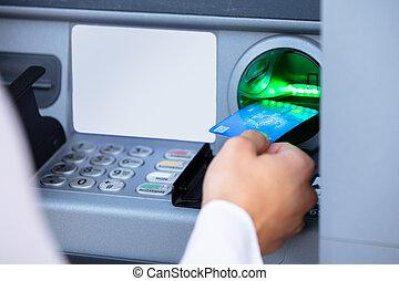 zurücknehmen, karte, geld, geldautomat, person, maschine, gebrauchend