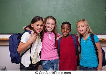 zusammen, klassenkameraden, posierend